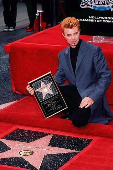 David-Bowie-receiving-a-s-001